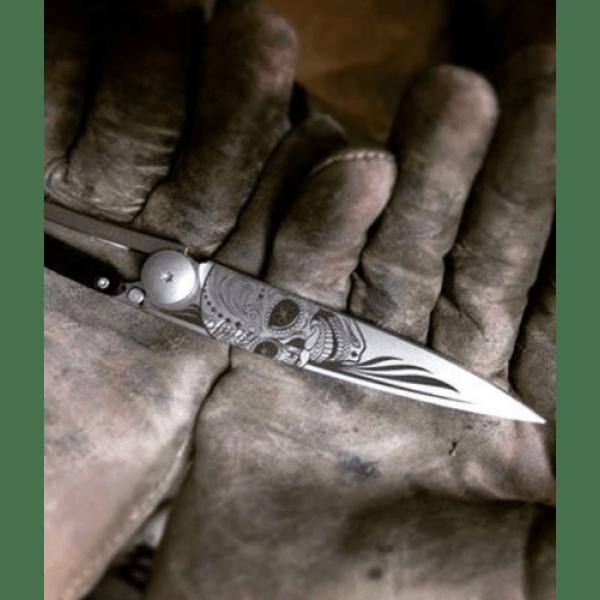 folding knife with skull print